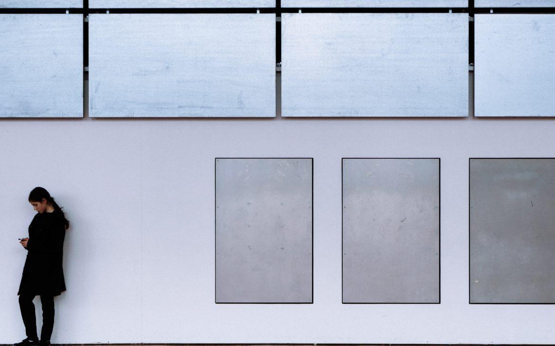 galerie avec tableau de l'art abstrait